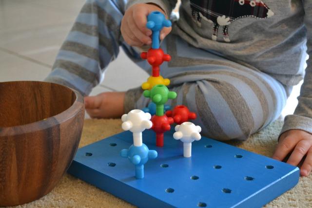 Peg building toy