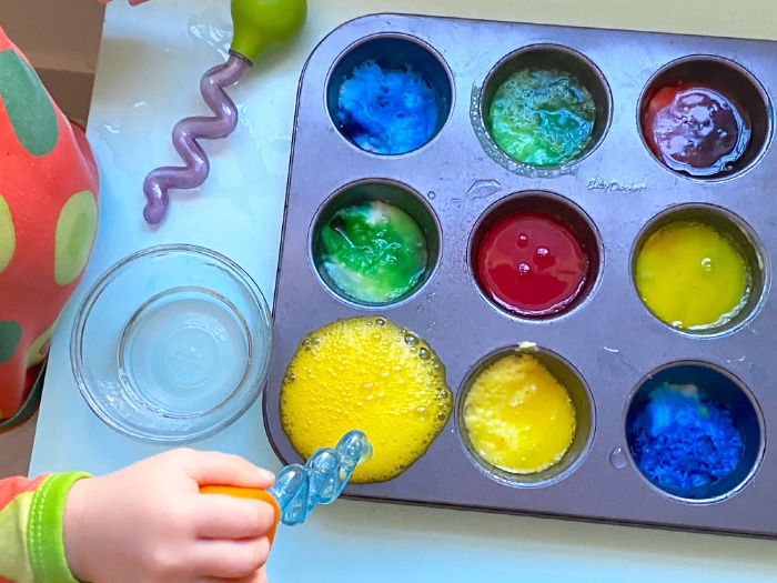 Toddler fun activity colour baking soda and vinegar at How we Montessori