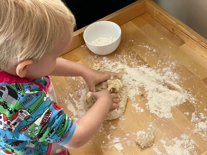 Make bread kneading at How we Montessori