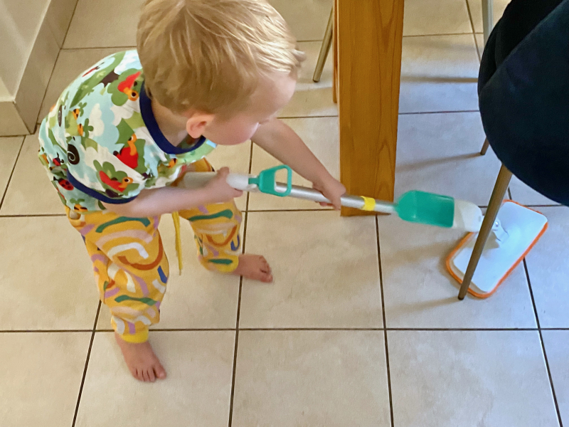 Montessori child spray mop at How we Montessori (1)